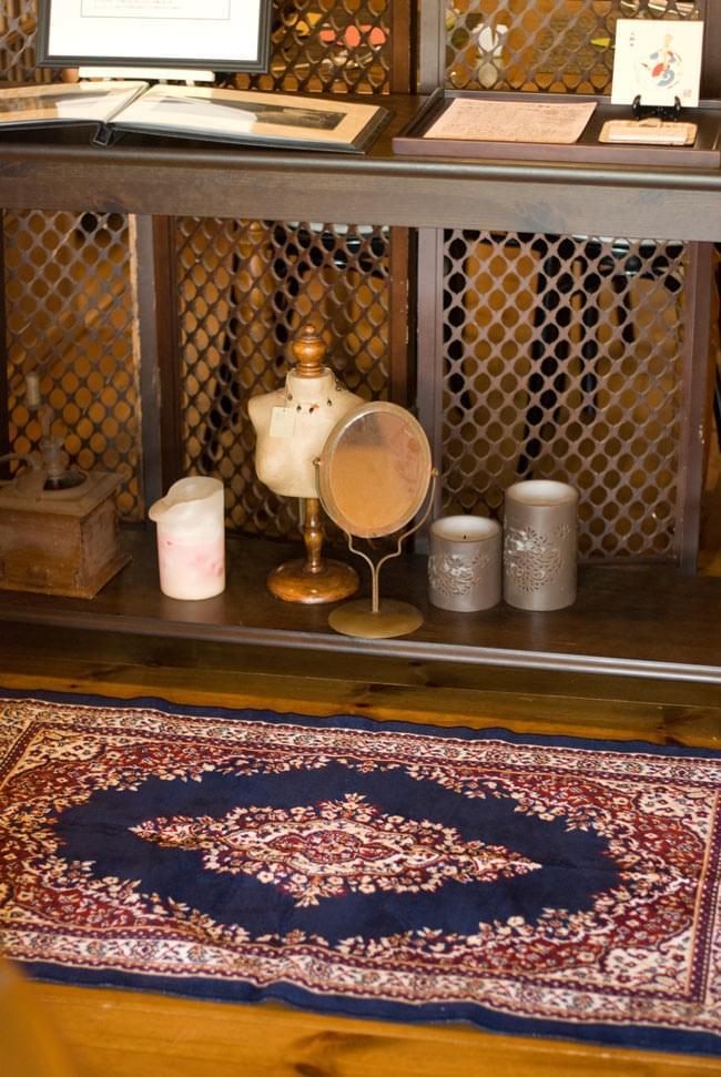 インドのエスニック絨毯 ロング【約110cm×約68cm】 ベージュの写真3 - 屋内で同種の商品を使用してみました。お部屋の雰囲気を変えるのにぴったりですね。
