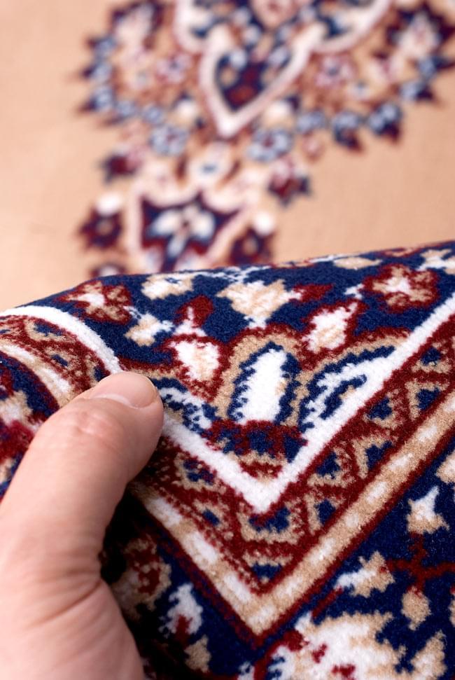 インドのエスニック絨毯 ロング【約110cm×約68cm】 ベージュの写真8 - 手に取るとふわりとした触感が素敵です。
