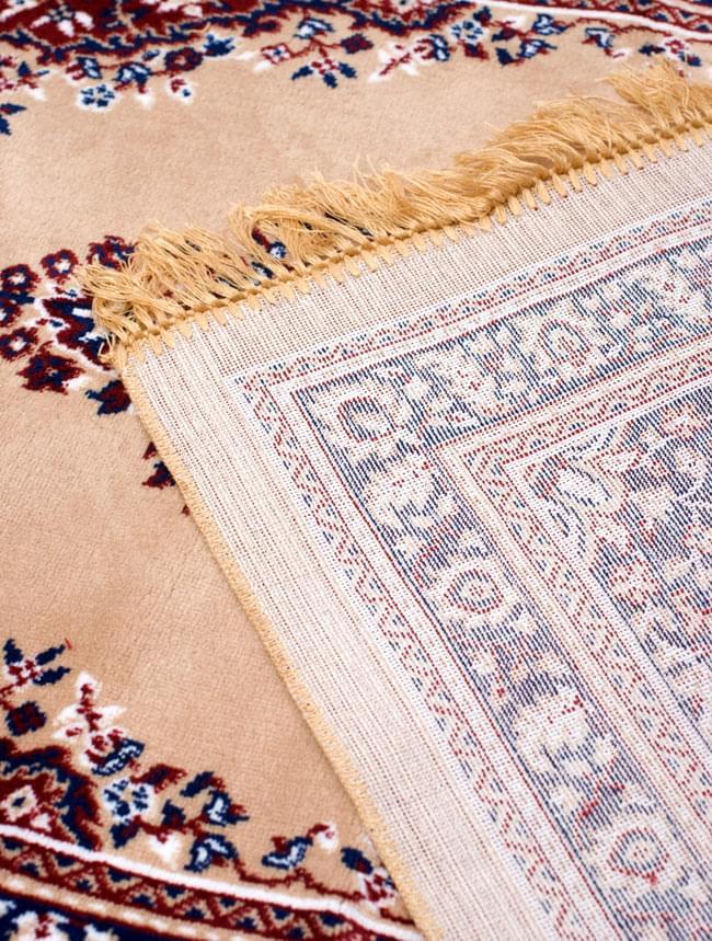 インドのエスニック絨毯 ロング【約110cm×約68cm】 ベージュの写真9 - 折りたたんでみました。裏面はこんな感じです。