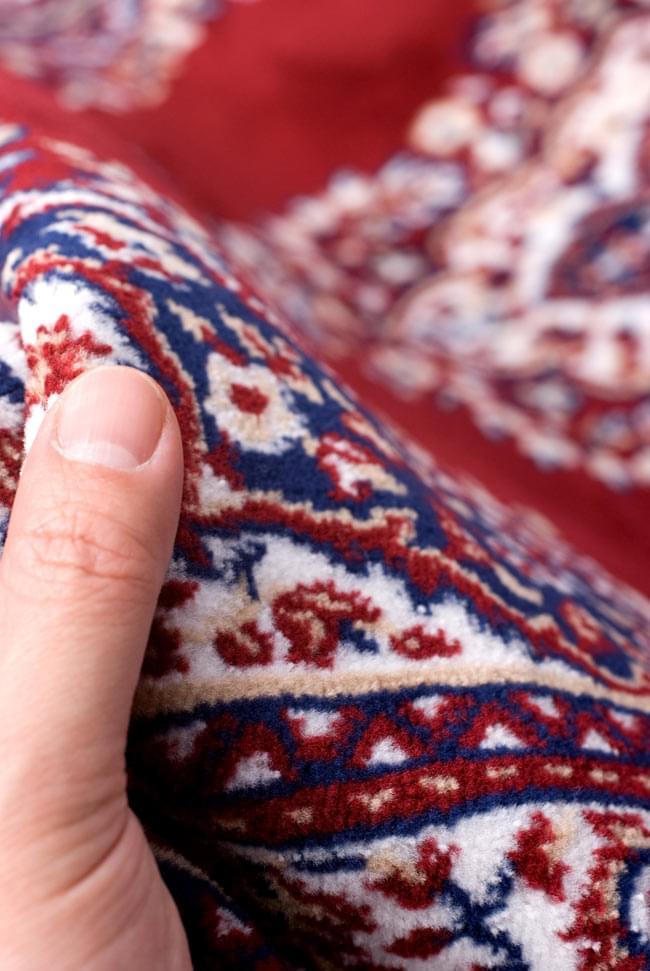 インドのエスニック絨毯 ロング【約110cm×約68cm】 赤の写真8 - 手に取るとふわりとした触感が素敵です。