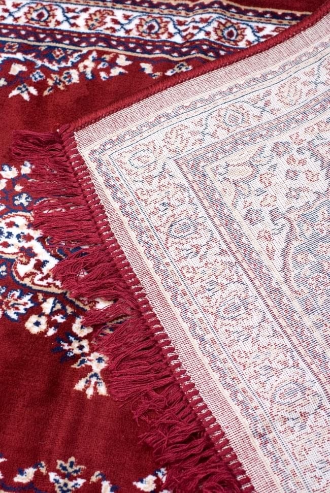 インドのエスニック絨毯 ロング【約110cm×約68cm】 赤の写真9 - 折りたたんでみました。裏面はこんな感じです。
