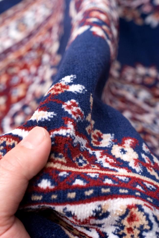 インドのエスニック絨毯 ロング【約110cm×約68cm】 紺の写真8 - 手に取るとふわりとした触感が素敵です。