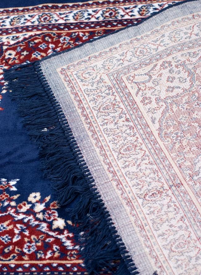 インドのエスニック絨毯 ロング【約110cm×約68cm】 紺の写真9 - 折りたたんでみました。裏面はこんな感じです。
