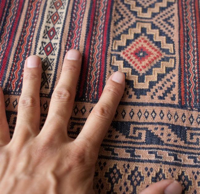 【1点物】ザンスカールの遊牧民のキリム【137cm x 86cm】の写真11 - サイズ比較のために手と一緒に撮影しました