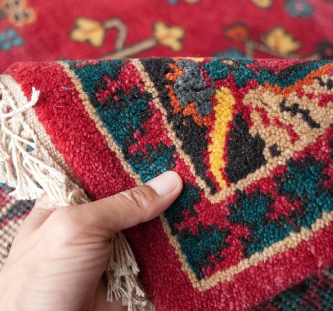 手織りのインド絨毯【約240cm x 約166cm】の写真11 - 表面の感じがよく分かるように、手に持ってみました