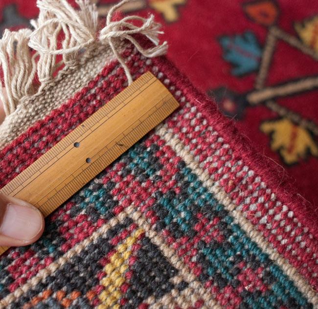 手織りのインド絨毯【約240cm x 約166cm】の写真13 - ノット数が見えるように、定規を当ててみました。一つ一つのノットのムラが手作りの証です