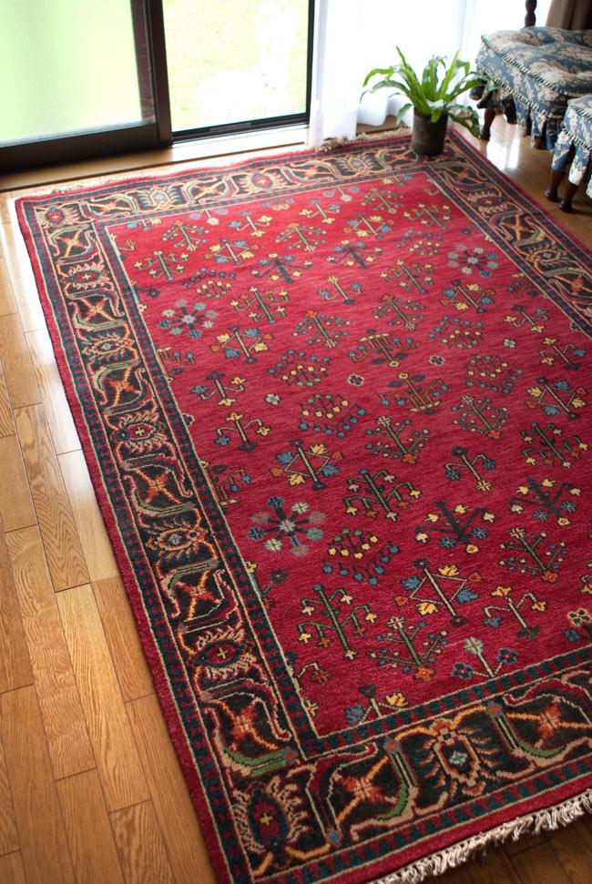手織りのインド絨毯【約240cm x 約166cm】の写真3 - アングルを変えて撮影しました