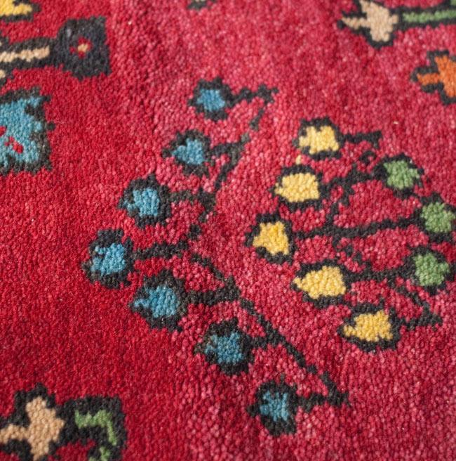 手織りのインド絨毯【約240cm x 約166cm】の写真8 - この絨毯は真ん中の部分をからちょっと色味が変わります。ですので、わけありとして特価で出させていただきます