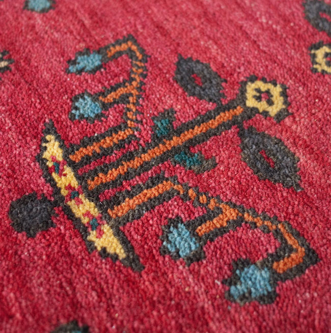 手織りのインド絨毯【約240cm x 約166cm】の写真9 - もっとアップにしました