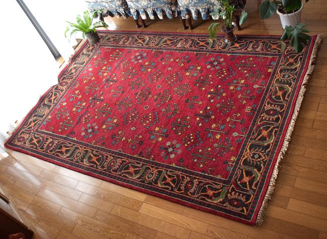 手織りのインド絨毯【約240cm x 約166cm】の写真