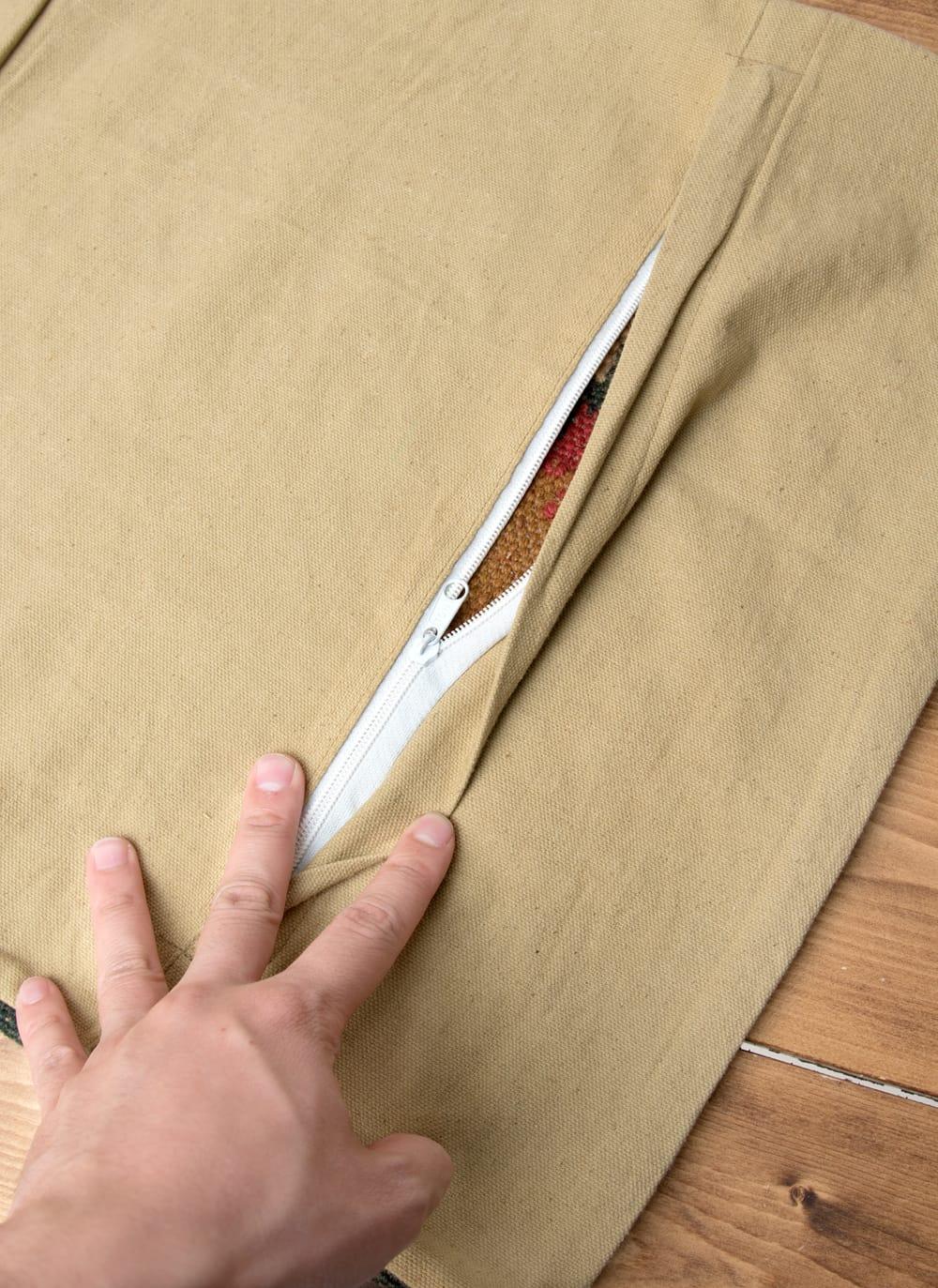 インドジュートのクッションカバー 【約45cm×約45cm】 6 - 裏面にはジッパーがあります。ジッパーを隠すように作られています。