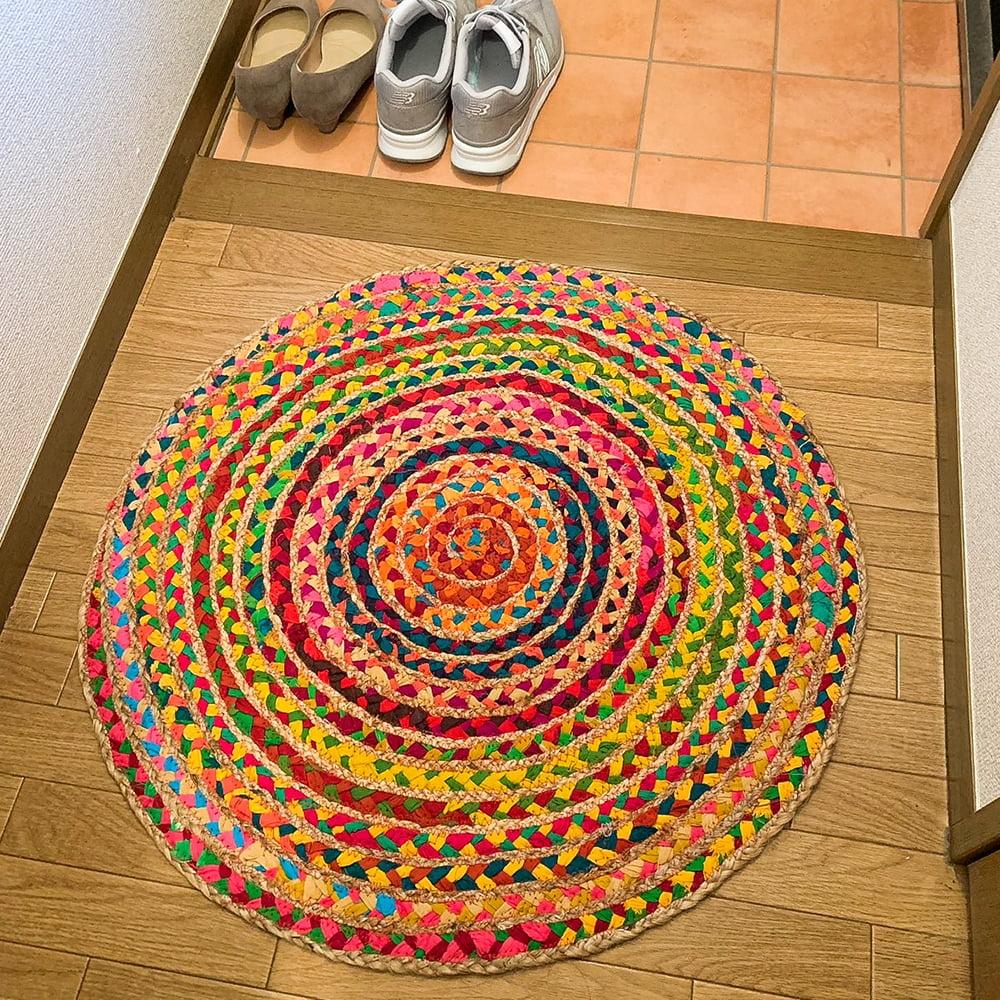 コットンとジュートのカラフル手編みラグ ラウンドタイプ【直径40cm】 10 - 大きいサイズのものは玄関マットとしても大活躍!とっても明るい印象になります。(写真は直径70cmの商品です)