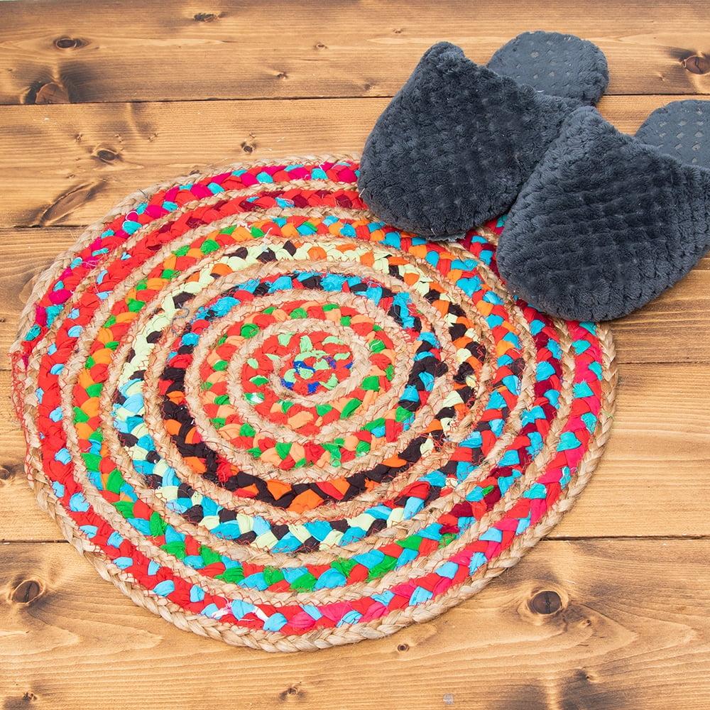 コットンとジュートのカラフル手編みラグ ラウンドタイプ【直径40cm】 2 - こちらは小ぶりな座布団サイズ。フローリングと相性が良いので置くだけでエスニックな雰囲気が出ますよ!