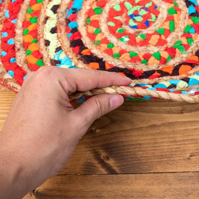 コットンとジュートのカラフル手編みラグ ラウンドタイプ【直径40cm】 6 - 厚さはだいたいこの程度のものです。非常にしっかりした生地です。