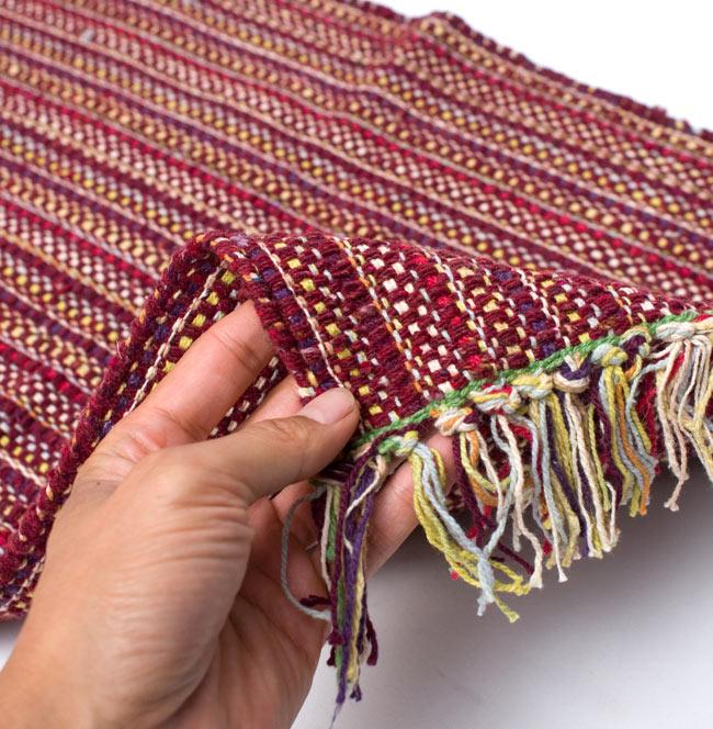 インドコットンの手織りラグマット【約65cm×約42cm】 - 茶色の写真7 - サイズ比較のために手に持ってみました