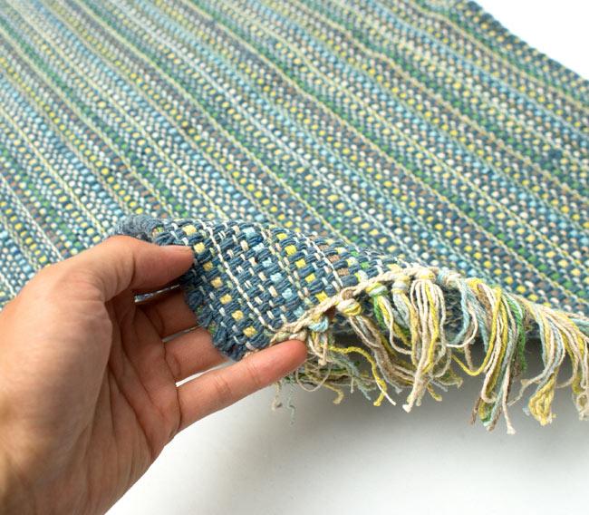 インドコットンの手織りラグマット【約65cm×約42cm】 - 灰色の写真7 - サイズ比較のために手に持ってみました