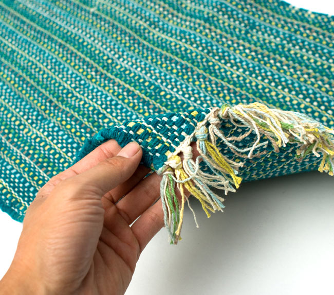 インドコットンの手織りラグマット【約65cm×約42cm】 - ターコイズグリーンの写真6 - サイズ比較のために手に持ってみました