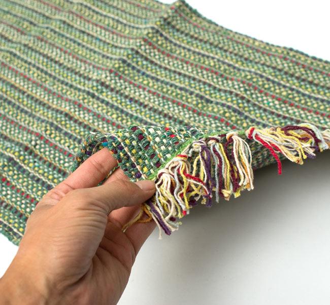インドコットンの手織りラグマット【約65cm×約42cm】 - アンティークグリーンの写真6 - サイズ比較のために手に持ってみました