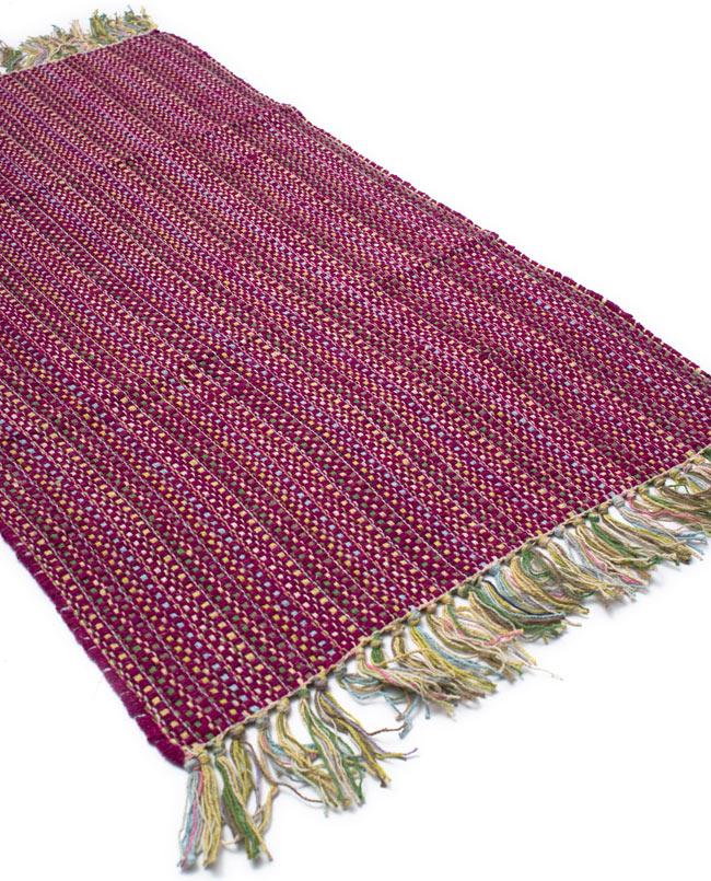 インドコットンの手織りラグマット【約100cm×約60cm】 - 赤紫の写真2 - ラグのフリンジ部分を大きく撮影しました