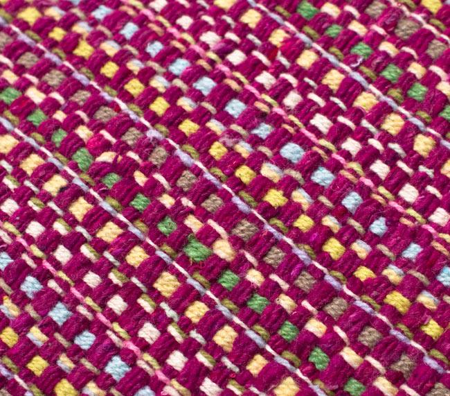 インドコットンの手織りラグマット【約100cm×約60cm】 - 赤紫の写真5 - ラグの表面を別の角度から撮影しました