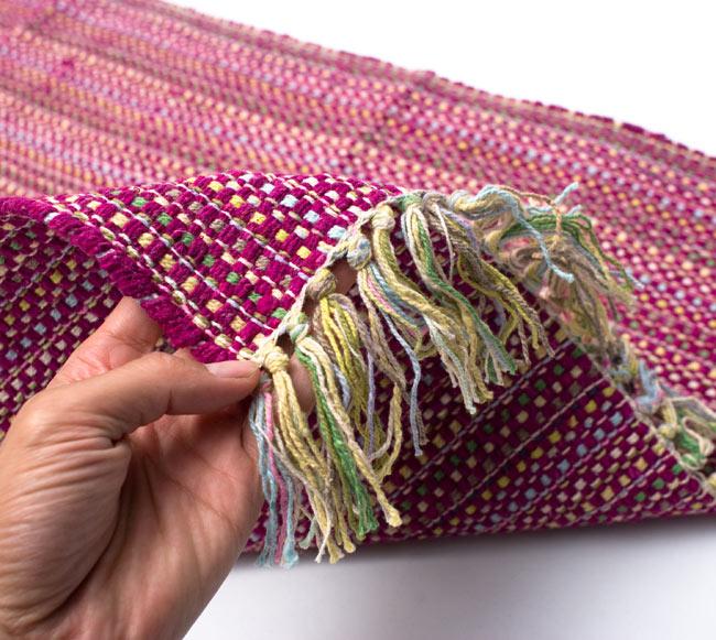 インドコットンの手織りラグマット【約100cm×約60cm】 - 赤紫の写真7 - サイズ比較のために手に持ってみました