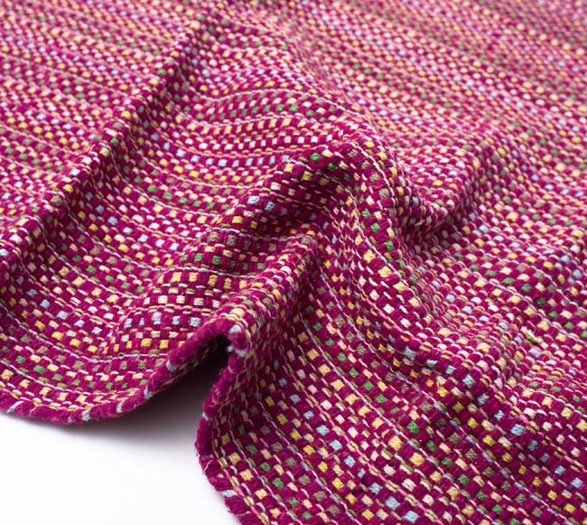 インドコットンの手織りラグマット【約100cm×約60cm】 - 赤紫の写真9 - 布の質感が判る様に、ちょっとくしゅっとさせてみました。厚すぎず、薄すぎないちょうどいい厚みです