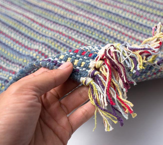 インドコットンの手織りラグマット【約100cm×約60cm】 - 灰色の写真7 - サイズ比較のために手に持ってみました
