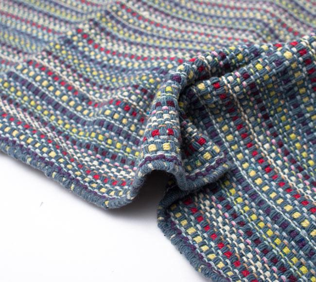 インドコットンの手織りラグマット【約100cm×約60cm】 - 灰色の写真9 - 布の質感が判る様に、ちょっとくしゅっとさせてみました。厚すぎず、薄すぎないちょうどいい厚みです