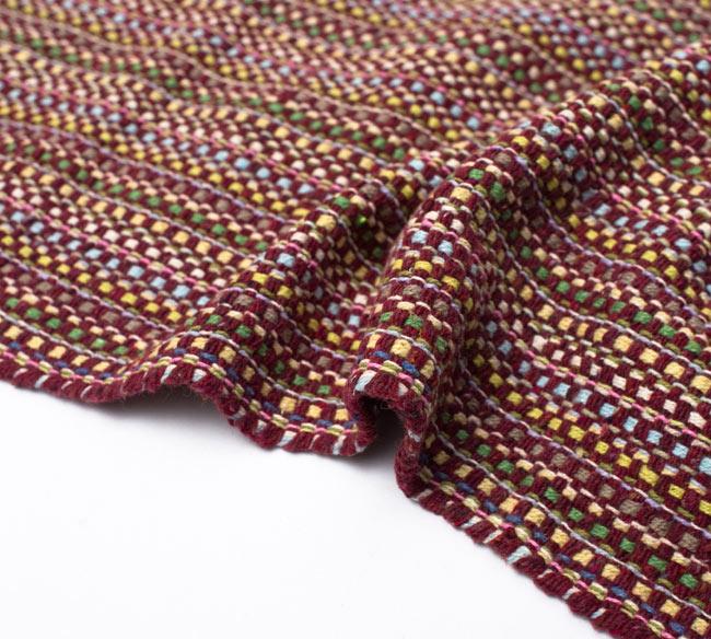 インドコットンの手織りラグマット【約100cm×約60cm】 - 茶色の写真9 - 布の質感が判る様に、ちょっとくしゅっとさせてみました。厚すぎず、薄すぎないちょうどいい厚みです
