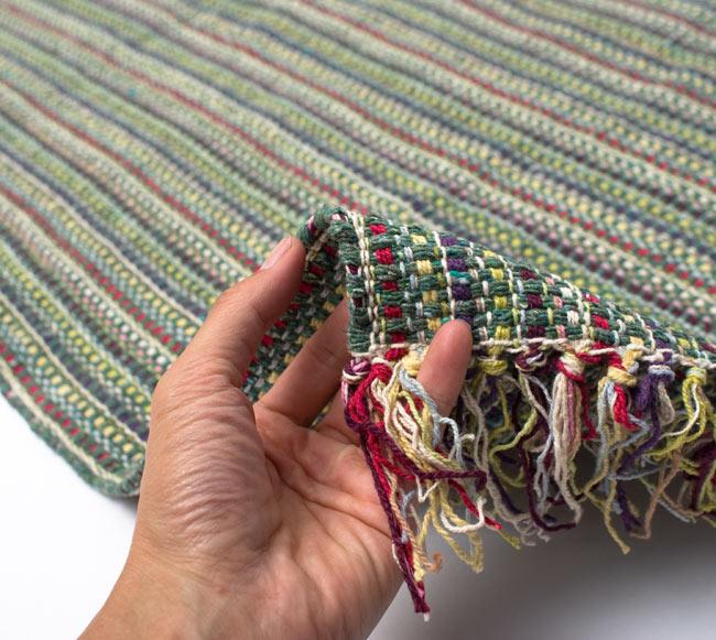 インドコットンの手織りラグマット【約100cm×約60cm】 - 薄緑の写真7 - サイズ比較のために手に持ってみました