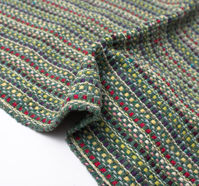 インドコットンの手織りラグマット【約100cm×約60cm】 - 薄緑の写真9 - 布の質感が判る様に、ちょっとくしゅっとさせてみました。厚すぎず、薄すぎないちょうどいい厚みです