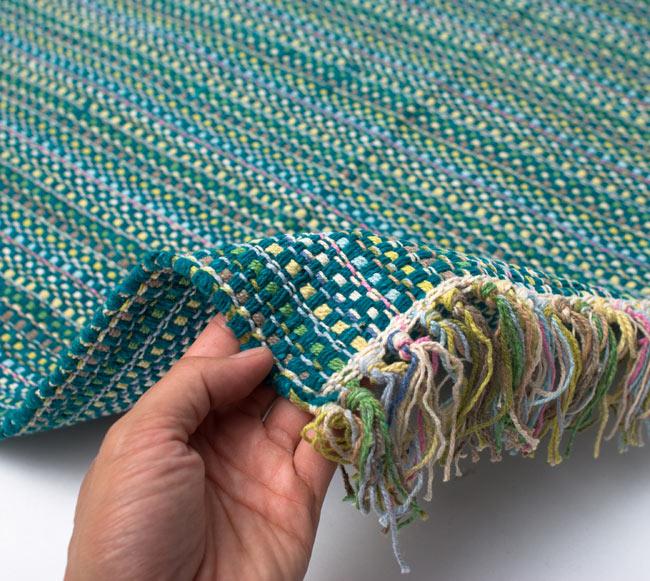 インドコットンの手織りラグマット【約100cm×約60cm】 - ターコイズグリーン の写真7 - サイズ比較のために手に持ってみました