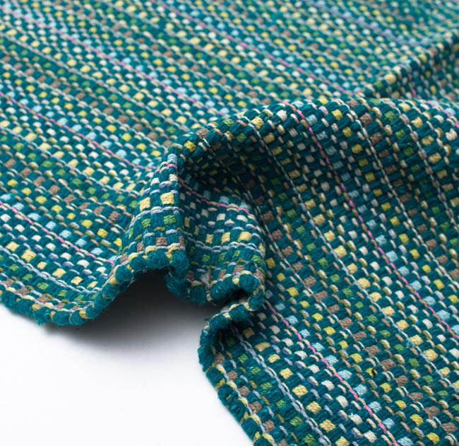 インドコットンの手織りラグマット【約100cm×約60cm】 - ターコイズグリーン の写真9 - 布の質感が判る様に、ちょっとくしゅっとさせてみました。厚すぎず、薄すぎないちょうどいい厚みです