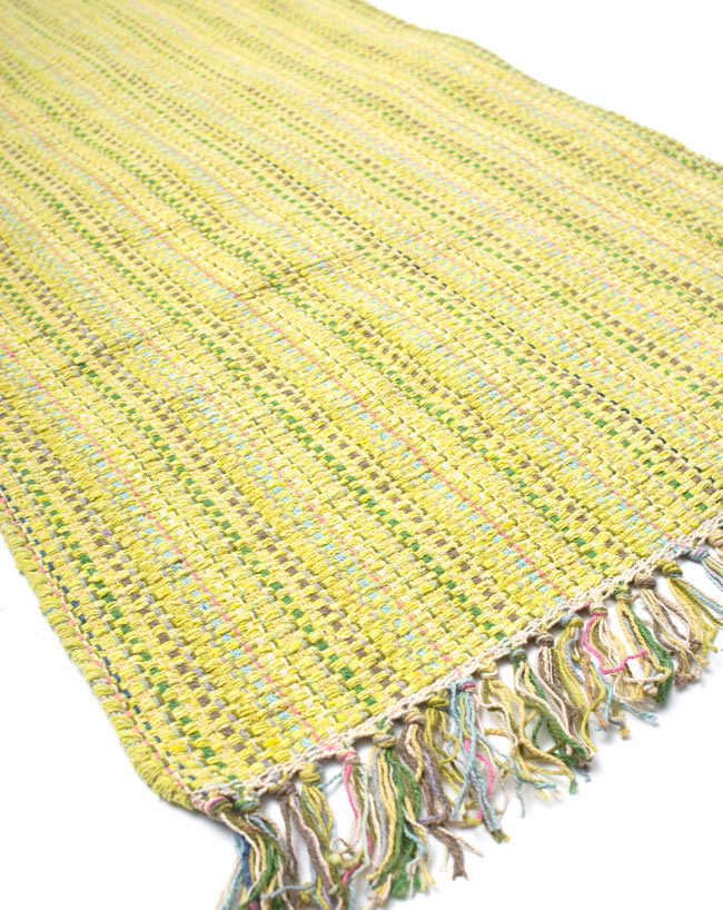 インドコットンの手織りラグマット【約100cm×約60cm】 - 淡黄色の写真2 - ラグのフリンジ部分を大きく撮影しました