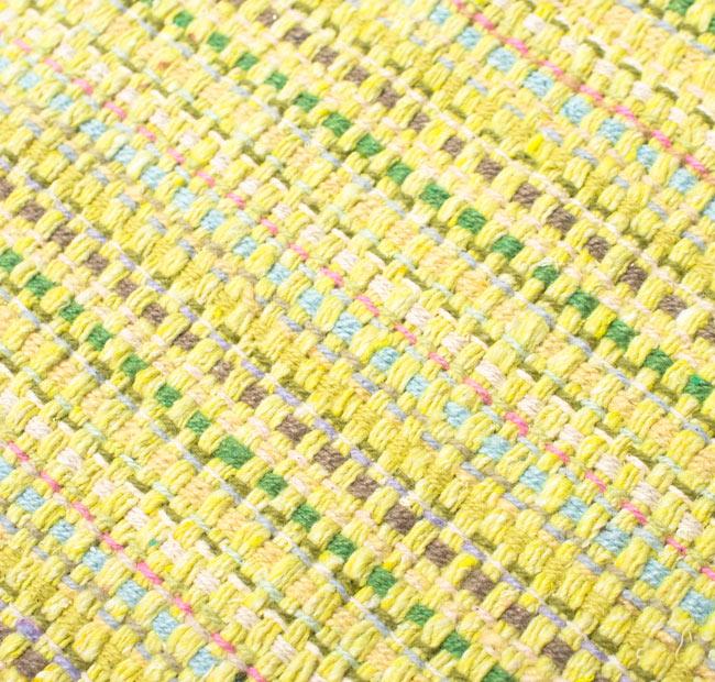 インドコットンの手織りラグマット【約100cm×約60cm】 - 淡黄色の写真5 - ラグの表面を別の角度から撮影しました