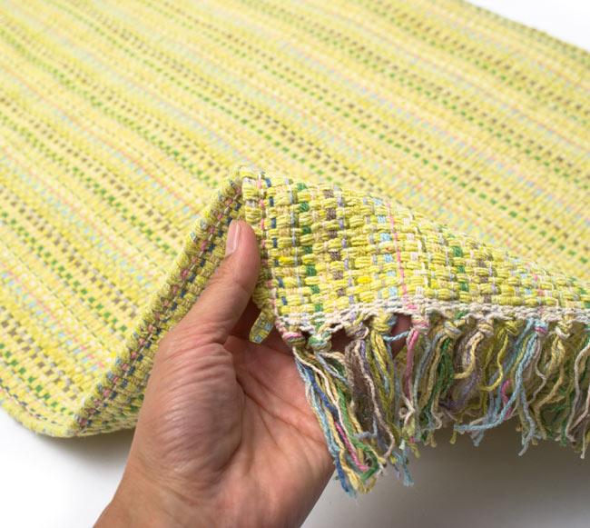 インドコットンの手織りラグマット【約100cm×約60cm】 - 淡黄色の写真7 - サイズ比較のために手に持ってみました