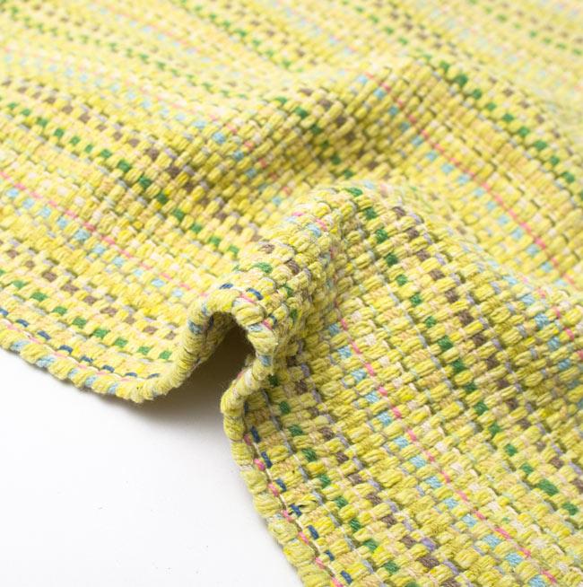 インドコットンの手織りラグマット【約100cm×約60cm】 - 淡黄色の写真9 - 布の質感が判る様に、ちょっとくしゅっとさせてみました。厚すぎず、薄すぎないちょうどいい厚みです