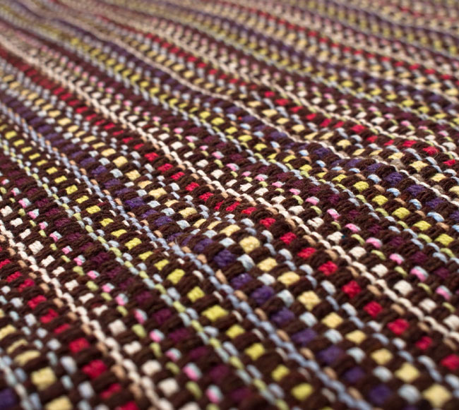 インドコットンの手織りラグマット【約100cm×約60cm】 - 濃茶色の写真4 - ラグの表面を撮影しました