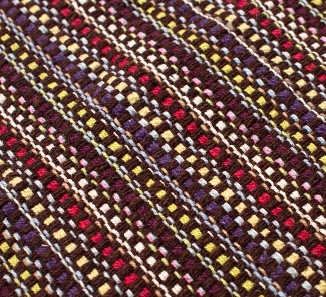 インドコットンの手織りラグマット【約100cm×約60cm】 - 濃茶色の写真5 - ラグの表面を別の角度から撮影しました