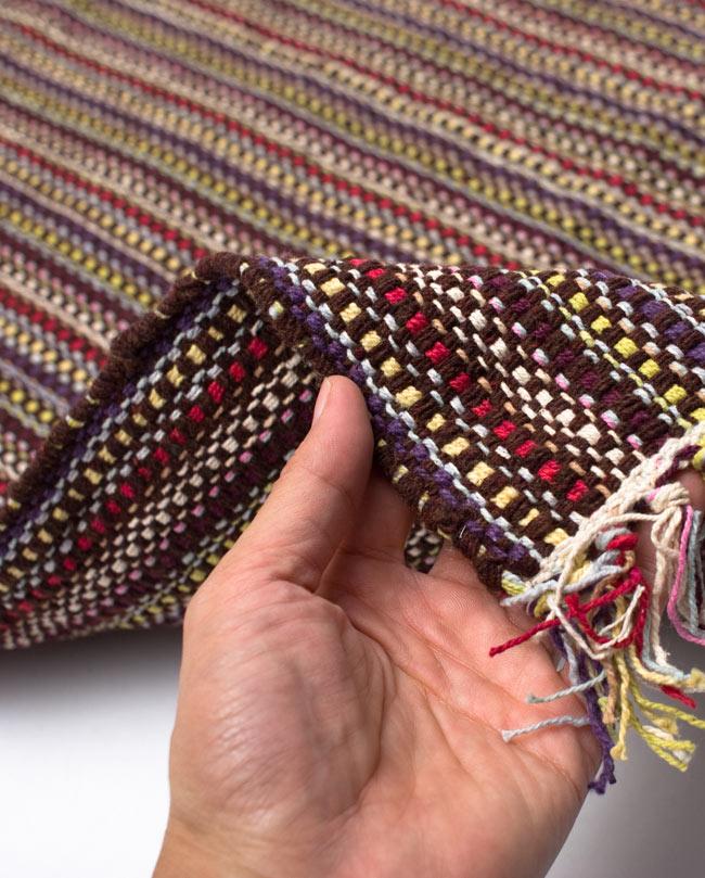 インドコットンの手織りラグマット【約100cm×約60cm】 - 濃茶色の写真7 - サイズ比較のために手に持ってみました
