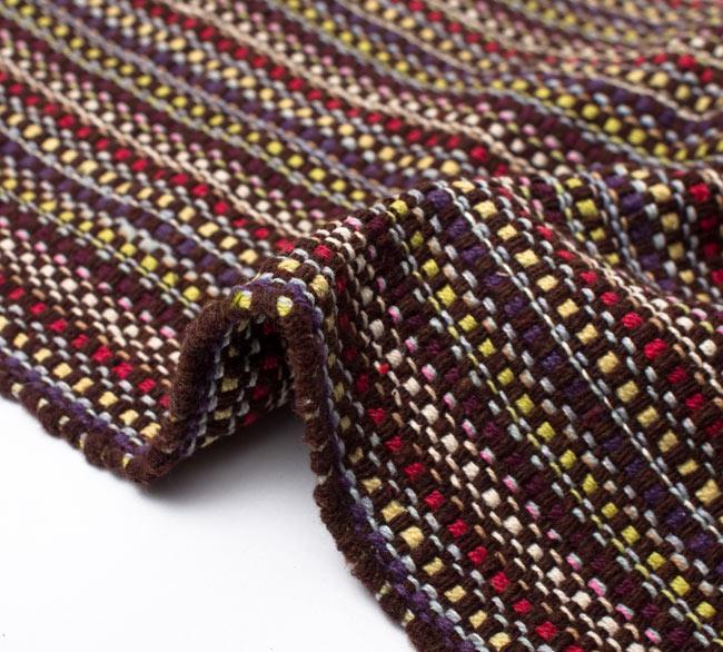 インドコットンの手織りラグマット【約100cm×約60cm】 - 濃茶色の写真9 - 布の質感が判る様に、ちょっとくしゅっとさせてみました。厚すぎず、薄すぎないちょうどいい厚みです