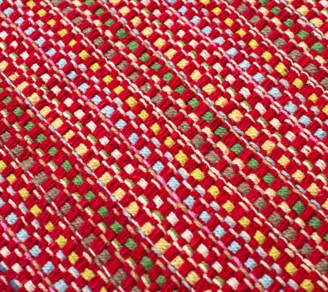 インドコットンの手織りラグマット【約100cm×約60cm】 - 赤の写真5 - ラグの表面を別の角度から撮影しました