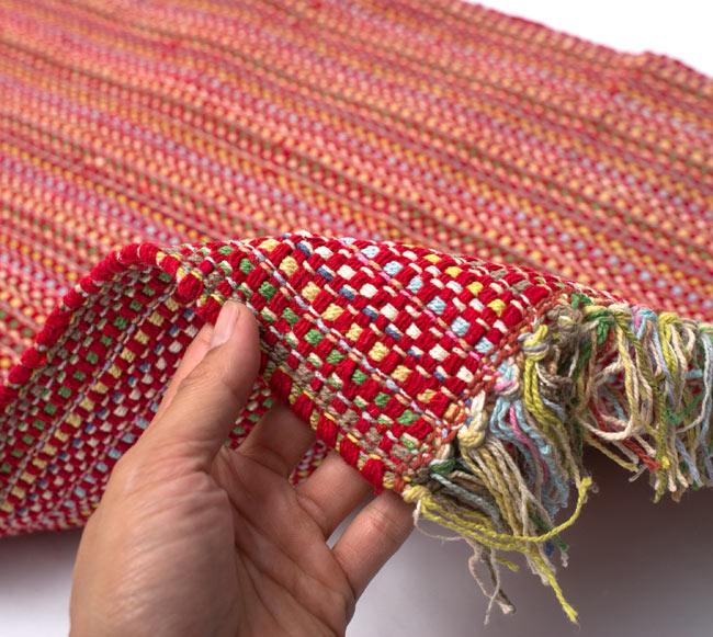 インドコットンの手織りラグマット【約100cm×約60cm】 - 赤の写真7 - サイズ比較のために手に持ってみました
