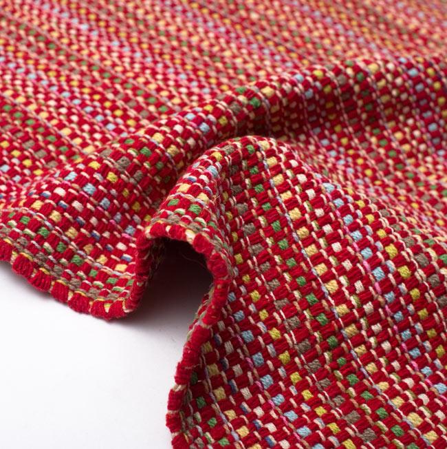 インドコットンの手織りラグマット【約100cm×約60cm】 - 赤の写真9 - 布の質感が判る様に、ちょっとくしゅっとさせてみました。厚すぎず、薄すぎないちょうどいい厚みです