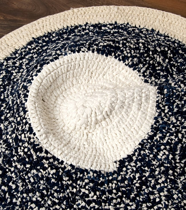 インドのコットン手織りラグマット まる型【中心が白】 2 - ラグの中央部分を大きく撮影しました
