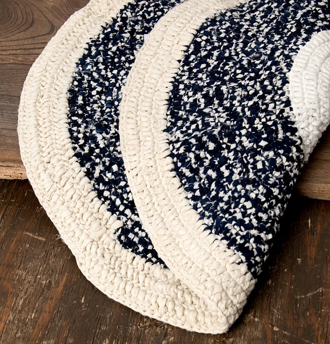 インドのコットン手織りラグマット まる型【中心が白】 4 - 外周部分を拡大してみました。また織って作っているラグですので、裏面は同じデザインです