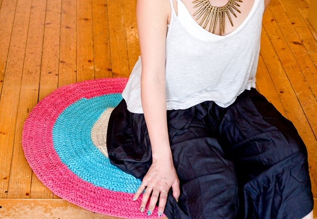 インドのコットン手織りラグマット まる型【ランダムパターン】の写真11 - 人が座るには充分なサイズです。