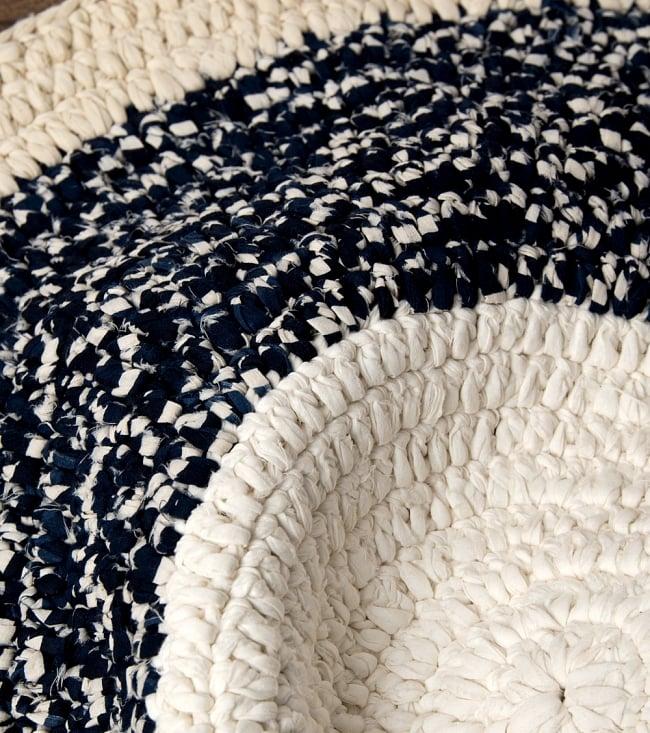 インドのコットン手織りラグマット まる型【ランダムパターン】の写真3 - 色や柄が変わる部分を拡大してみました