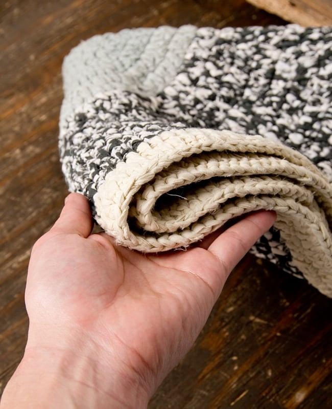 インドのコットン手織りラグマット まる型【ランダムパターン】の写真6 - 4つ折りにしてみました、扱いやすい厚さです。
