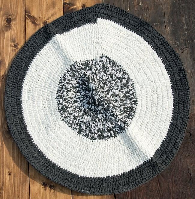 インドのコットン手織りラグマット まる型【ランダムパターン】の写真